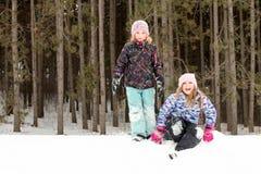 Muchachas expresivas en la colina de la nieve que mira la cámara Imágenes de archivo libres de regalías