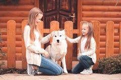 Muchachas felices con el perro al aire libre Fotos de archivo libres de regalías