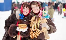 Muchachas felices con la crepe durante Shrovetide Fotografía de archivo libre de regalías