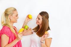 Muchachas felices con las frutas - comida sana Foto de archivo