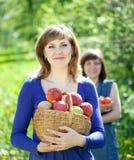 Muchachas felices con las manzanas Fotografía de archivo libre de regalías