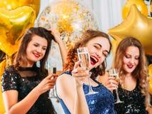 Muchachas felices de la celebración del día especial del partido de gallina imágenes de archivo libres de regalías