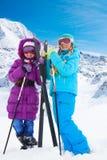 Muchachas felices del esquí del campo a través Imagenes de archivo