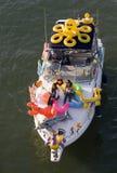 Muchachas felices en la nave del carnaval Foto de archivo