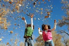 Muchachas felices en parque fotos de archivo