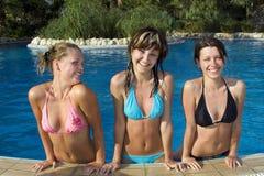Muchachas felices en piscina Imagenes de archivo