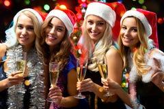 Muchachas felices en una fiesta de Navidad Fotografía de archivo libre de regalías