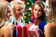 Muchachas felices en una fiesta de Navidad Fotos de archivo