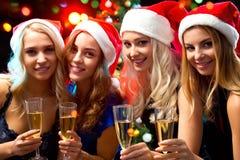 Muchachas felices en una fiesta de Navidad Fotos de archivo libres de regalías