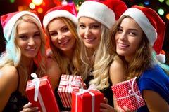Muchachas felices en una fiesta de Navidad Imagenes de archivo