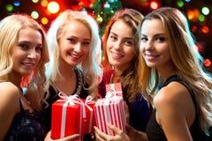 Muchachas felices en una fiesta de Navidad Imagen de archivo