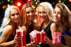 Muchachas felices en una fiesta de Navidad Foto de archivo