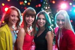 Muchachas felices en una fiesta de Navidad en un club nocturno foto de archivo libre de regalías
