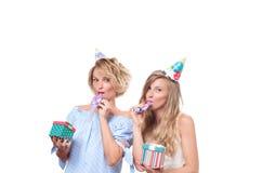 Muchachas felices hermosas con la caja de regalo en la fiesta de cumpleaños de la celebración Fotografía de archivo