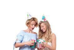 Muchachas felices hermosas con la caja de regalo en la fiesta de cumpleaños de la celebración Imagen de archivo libre de regalías