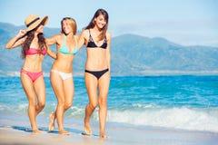 Muchachas felices hermosas en la playa Imagen de archivo