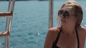 Muchachas felices jovenes en el bikini que se divierte en un yate almacen de metraje de vídeo