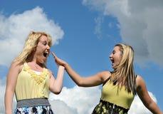 Muchachas felices jovenes highfive Imagen de archivo