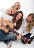 Muchachas felices que cantan Imágenes de archivo libres de regalías