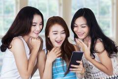 Muchachas felices que charlan con el teléfono móvil Fotos de archivo libres de regalías