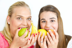 Muchachas felices que comen las frutas Fotos de archivo