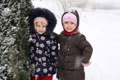 Muchachas felices que disfrutan del tiempo nevoso Fotografía de archivo libre de regalías