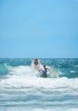Muchachas felices que juegan en el océano hermoso Fotografía de archivo