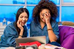 Muchachas felices que miran en el ordenador Foto de archivo libre de regalías