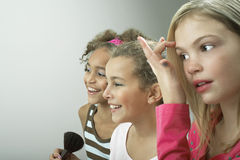 Muchachas felices que ponen en maquillaje Imagenes de archivo
