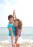 Muchachas felices que se divierten en la playa Imagen de archivo