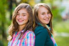 Muchachas felices sonrientes del adolescente que se divierten Imágenes de archivo libres de regalías