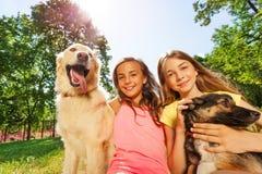 Muchachas felices y dioses divertidos afuera el día soleado Imagen de archivo