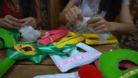 Muchachas hechas a mano que cosen letras del fieltro almacen de video