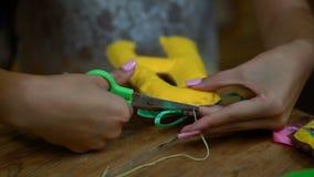 Muchachas hechas a mano que cosen letras del fieltro almacen de metraje de vídeo
