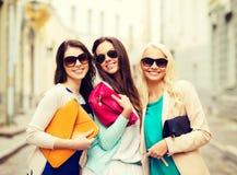 Muchachas hermosas con los bolsos en el ctiy Imágenes de archivo libres de regalías