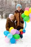 Muchachas hermosas con los globos en invierno Fotos de archivo libres de regalías
