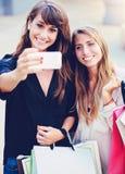 Muchachas hermosas con los panieres que toman a Fotografía de archivo libre de regalías