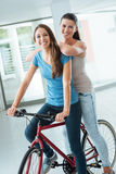 Muchachas hermosas con una bicicleta roja Fotografía de archivo libre de regalías