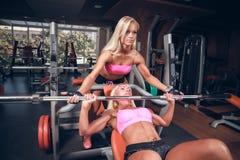 Muchachas hermosas en club de fitness imagen de archivo