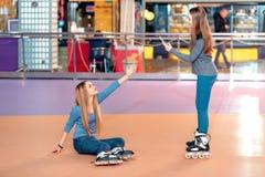 Muchachas hermosas en el rollerdrome Imagen de archivo libre de regalías