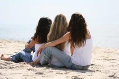 Muchachas hermosas en la playa Foto de archivo libre de regalías
