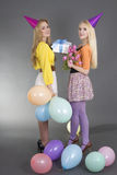 Muchachas hermosas en una fiesta de cumpleaños Imagenes de archivo