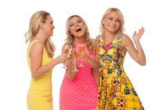Muchachas hermosas en vestidos de la moda con champán Fotos de archivo