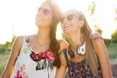 Muchachas hermosas jovenes que se divierten en el parque Imagen de archivo libre de regalías