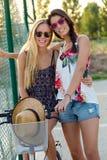 Muchachas hermosas jovenes que se divierten en el parque Imagenes de archivo
