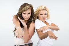 2 muchachas hermosas pegan una actitud loca Imagen de archivo