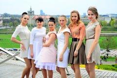 Muchachas hermosas que celebran la primavera en la ciudad de Vilna Imagen de archivo libre de regalías