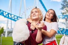 Muchachas hermosas que se divierten en parque de atracciones Fotos de archivo libres de regalías