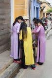 Muchachas Hoi An que hace compras, Vietnam Imagen de archivo libre de regalías