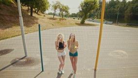 Muchachas jovenes del inconformista en las gafas de sol que se divierten que hace burbujas al aire libre almacen de video